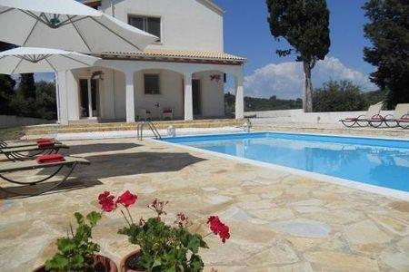 Villa Fedrita: privé zwembad/ 2km van de zee/Corfu