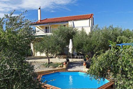 Appartement bij zee met zwembad tussen olijfbomen